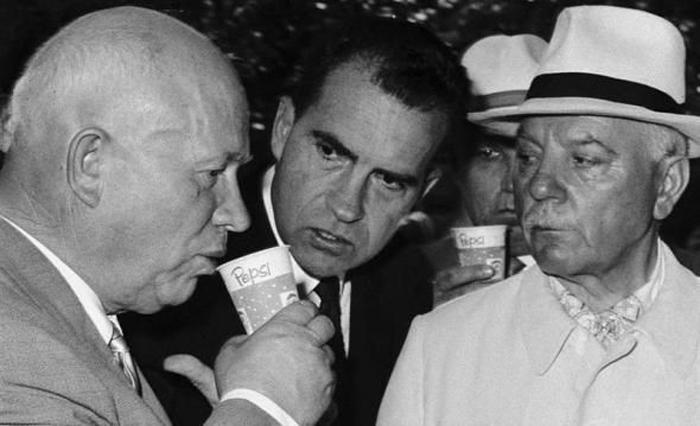 Nikita khrouchtchev et Richard Nixon, buvant du Pepsi à Moscou