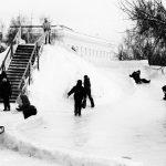Les enfants glissent sur des toboggans de glace, ancêtre des montagnes russes